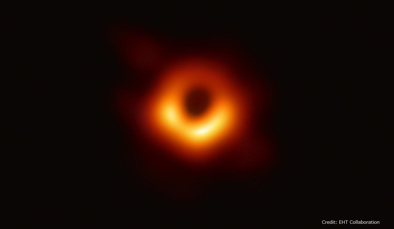 イベント・ホライズン・テレスコープで撮影された、銀河M87中心の巨大ブラックホールシャドウ。Credit: EHT Collaboration)